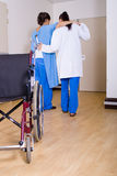 医生帮助的患者 图库摄影