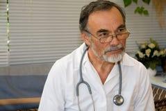 医生年长的人 免版税库存照片