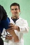 医生微笑的垂直 库存照片