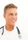 医生微笑的年轻人 免版税库存照片
