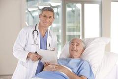 医生患者 库存照片