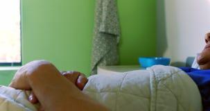 医生慰问的男性患者在病区4k里 股票视频