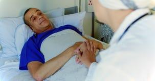 医生慰问的男性患者在病区4k里 股票录像
