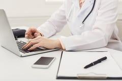 医生手的特写镜头在膝上型计算机键盘的 免版税库存照片