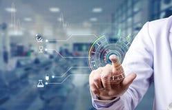 医生扫描食指和注册轻拍医疗数据库的  免版税库存图片