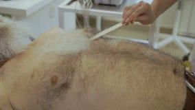 医生投入了胶凝体在老人的身体在心电图学前 股票录像