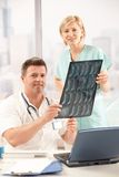 医生护士办公室纵向 免版税库存图片