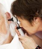 医生护士耳镜使用 库存图片