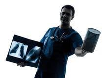 医生拿着钱箱的外科医生放射学家 库存照片