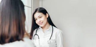 医生提供咨询以患者并且十分地记录治疗历史 库存图片