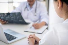 医生教授报告和推荐与耐心trea的一个方法 免版税库存图片