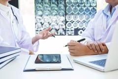 医生教授讨论与耐心治疗, res的一个方法 免版税库存照片