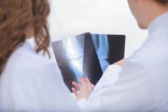 医生是谈论的诊断员患者x光芒  免版税库存图片