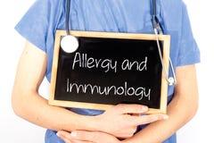 医生显示关于黑板的信息:过敏和免疫学 r 库存图片