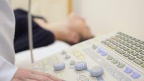 医生检查妇女` s喉头与超声波 影视素材
