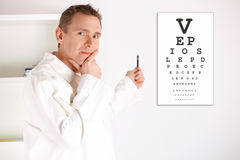 医生检查的眼医患者 免版税库存图片