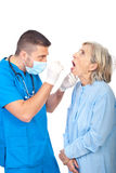 医生检查高级喉头 免版税库存照片
