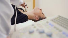 医生检查pathyroid和甲状腺与超声波机器 影视素材