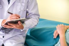 医生治疗患者 免版税库存照片