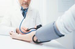 医生测量的压力 库存图片