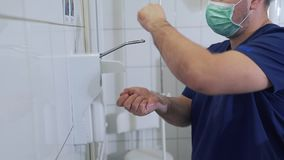 医生消毒和洗涤他风干机在进入手术室前 外科手消毒作用 紧急 影视素材