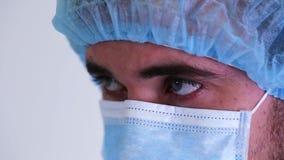 医生的关闭一个手术口罩的看并且分析某事 影视素材