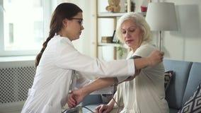 医生的助理在手边投入压力表资深妇女 股票视频