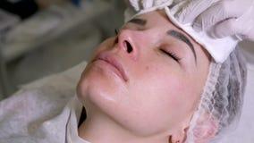 医生美容师从皮肤取消流体 股票录像