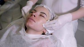 医生美容师从皮肤取消流体 股票视频