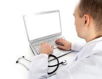 医生膝上型计算机年轻人 免版税图库摄影