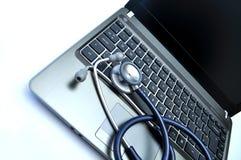 医生膝上型计算机s听诊器 免版税库存照片
