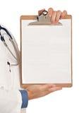 医生藏品指向年轻人的记事本个人计&# 免版税图库摄影