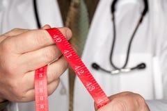 医生藏品评定的听诊器磁带 免版税库存照片