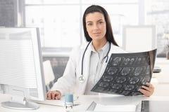 医生藏品X-射线图象纵向  免版税库存图片