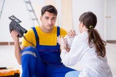 医生被协助的受伤的工作者 图库摄影