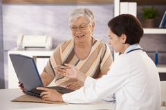 医生解释的患者 免版税库存照片