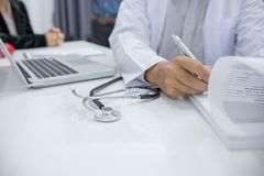 医生记录耐心数据 免版税图库摄影