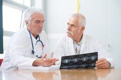 医生谈论X-射线在医院 库存图片