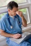 医生过度紧张劳累过度 库存图片