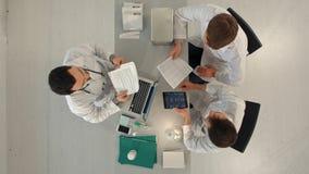 医生队顶视图开会议在医疗办公室 免版税库存图片