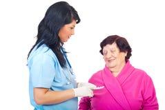 医生年长的人产生药片妇女 免版税图库摄影