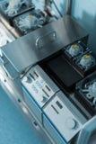 医疗不锈的设备大角度看法在手术屋子里 库存照片
