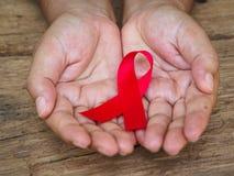 医疗保健和医学概念-举行红色艾滋病的女性手 图库摄影