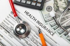 医疗保健费用或军医的听诊器和计算器标志 免版税库存图片