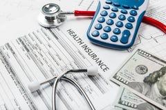 医疗保健费用或军医的听诊器和计算器标志 库存照片