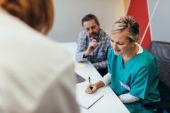 医疗保健队在医院的会议室里 免版税图库摄影