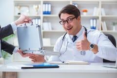 医疗保险欺骗概念的年轻医生 库存图片