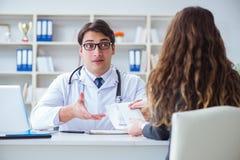 医疗保险欺骗概念的年轻医生 免版税库存图片