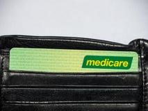 医疗保障卡片是一个公开被资助的普遍卫生保健系统在澳大利亚,图象展示卡片在一个黑钱包里 库存图片