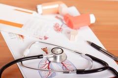 医疗听诊器、设备哮喘患者的和纸片与测试结果在桌上 库存照片
